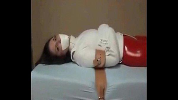По окончании оральных предварительных ласк пацан рвет вагинально-анальную целку девушке