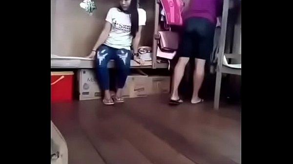 Руками мастурбирует клитор упитанной любовницы на пикнике
